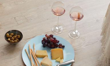 Designfloor LVT mit Weingläsern und einem Snack