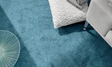 Behaglicher blauer Teppich mit weißen Möbeln