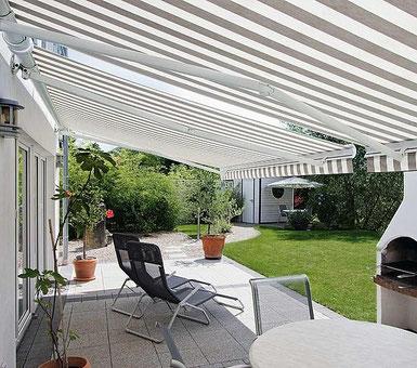Terrasse  mit gestreiften Markisen
