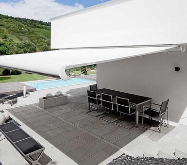 Moderne Terrasse mit Pool und weißer Markise