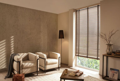 Wohnzimmer mit Holzjalousien