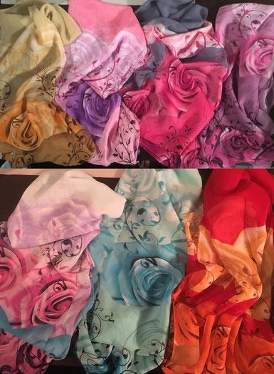 1 von 7 verschiedenen Schals mit Rosendesign
