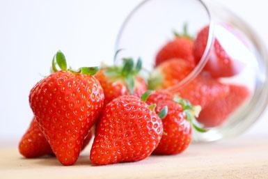 いろとりどりのアジサイの花と紅茶の入ったカップ&ソーサ。