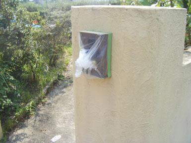 熊本県H様邸外壁塗装状況。高圧洗浄前 玄関前のインターフォンの養生。