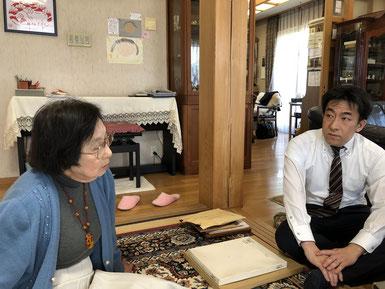 大女将 畠アサさんの話に耳を傾ける 吉川屋常務 畠正樹さん