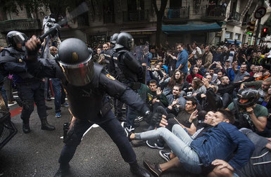 Polizisten verschaffen sich Zugang zu einem Stimmlokal in Barcelona ( Bild: Robert Bonet, eldiario.es)
