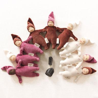 Steinwichtel Schutzwichtel als Kuschelpuppe Puppe nach Art der Waldorfpuppe in braun lila Tönen neben Schwarzem Turmalin