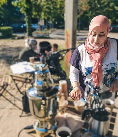Frauencafé im Genovevahof. Najoua Benelouargua und Helin Biccici bieten Kaffee oder Tee an.
