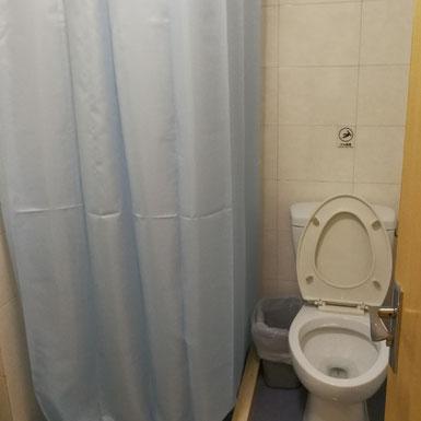 華東師範大学  学生寮2号楼スタンダードタイプのシャワーとトイレ
