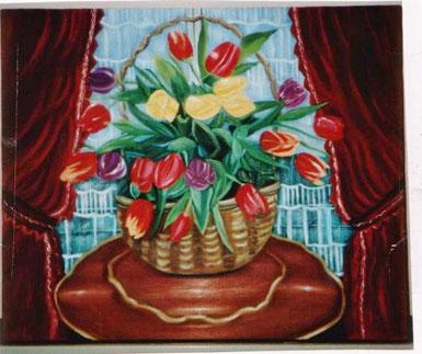style anciUn bouquet de tulipes dans un panier, sur un guéridon en bois acajou et merisier, devant une fenêtre fermée. Simplicité de l'oeuvre.