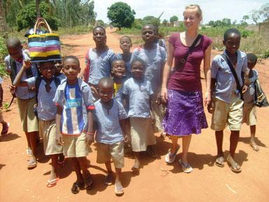 Rebecca und Schulkinder