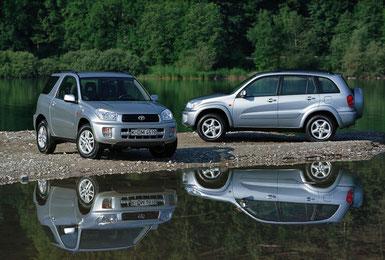 2001 erschien die zweite Generation des RAV4 mit deutlich gewachsener Karosserie. Beibehalten wurde das Zwei-Karosserienkonzept mit kurzem Dreitürer und längerem Fünftürer.