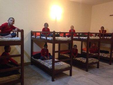 新しい寄宿舎。 二段ベッドにはあいかわらず梯子がありませんが。。。