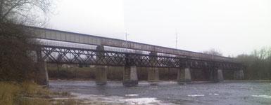 Grasse River Bridge der Massena Terminal Railroad (MSTR), St. Lawrence County, New York (die Brücke mit dem Aluminiumträger ist die höhere Brücke im Hintergrund)