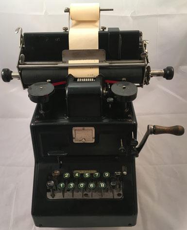 Sumadora DALTON, s/n 187046, fabricada por Dalton Adding Machine Co. en Missouri (USA), año 1912, 36x36x35 cm. Fue la primera sumadora en utilizar únicamente 10 teclas, idea copiada por otras marcas