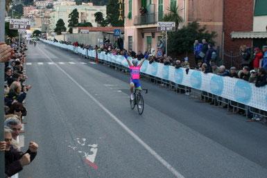 Foto courtesy: A.Vaccarezza, Diego Ulissi 4° al traguardo festeggia la vittoria di Filippo Pozzato.