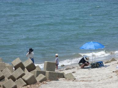 波は無くても海遊び。パパとママがハマってましたね(笑)