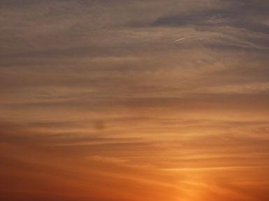 空と夕日と雲のコントラストが絵画のようですね。