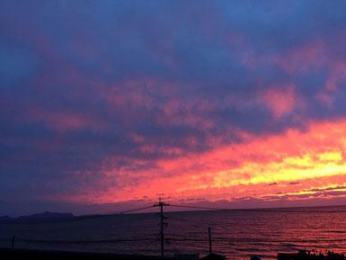 これは昨日の夕焼け。急に真っ赤に焼けました。
