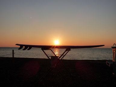 今日は夕日見れました~! ボードに夕日が乗ってます(笑)