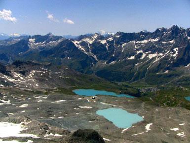 このあたりの湖は、本当にどこも青いですね。