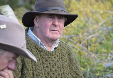 Willie. Charismatischer Chef des Dartfield-Reitstalls ...