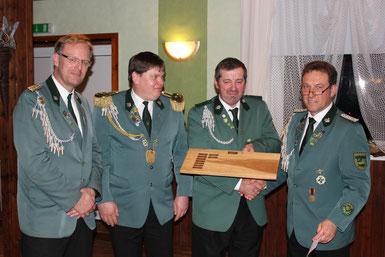v.l. Jens Hesebeck, Axel Siemke, Frank Uttich (re.) gratulieren H.-W- Külbs zum E.-Bader-Pokal