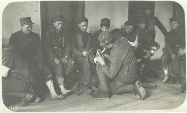 Die nachgestellte Szene mit Senta Maria Hauler während ihrer Fußuntersuchung. Sammlung Isonzofront.de