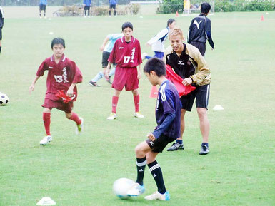 日本代表の本田選手が石垣島の子どもたちを対象にサッカー教室を開いた=13日午後、サッカーパークあかんま