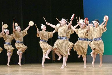サマーヨー(六調節)を踊る八農高郷土芸能部の生徒=7日夜、市民会館大ホール