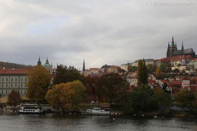 Vob überall her sichtbar: die Prager Burg.
