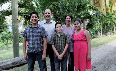 Familie Gonzales freut sich, gemeinsam mit anderen Christen, im sozialistischen Kuba die Geburt Jesu feiern zu können (v.l. Moises, Daniel, Angelo, Ana Isabel und Ana Cecilia)