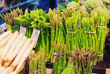 Délicieuses asperges vendues sur le marché pendant toute la saison