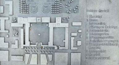 Kontaktinformationen des Amtsgerichtes - Tafel vor dem Schloss