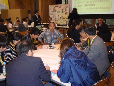 平成27年10月、鳥大地域再生プロジェクト・県連携講座 現場で学ぶ「地域の課題解決力向上」講座②の様子。学生だけでなく、行政・地域おこし協力隊・企業からも参加がありました。