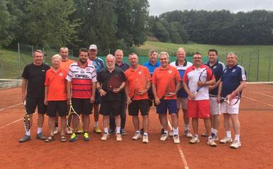 Die Teilnehmer am Freundschaftsspiel der FCE-Tennisfreunde heuer im Juli.