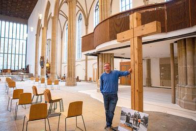 Neue Stühle, neuer Boden fürs Kirchencafé: Die Baustelle am Dellplatz liegt in den letzten Zügen. (Foto: Nicole Cronauge / Bistum Essen)