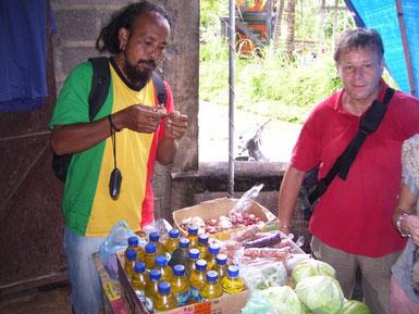 Ein Guide stellt Kochzutataen in einem kleinen Laden vor