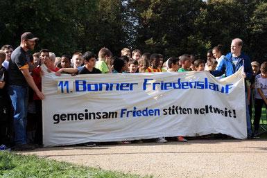 Kaum aufzuhalten waren die Teilnehmer beim Start zum 11. Bonner Friedenslauf