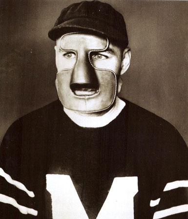 Clint Benedict, Erster Eishockeytorwart mit Maske