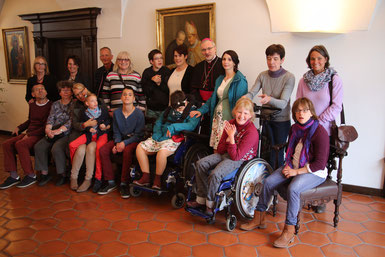 Begegnung mit den acht Kindern, Jugendlichen und Erwachsenen des Ingolstädter Caritas-Zentrums St. Vinzenz sowie mit deren acht Begleitern bzw. Elternteilen im Bischofshaus. pde-Foto: Norbert Staudt