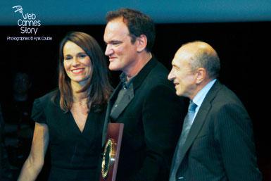 Quentin Tarantino entouré d'Aurélie Filippett et Gérard Collomb, lors de la remise prix Lumière à Lyon