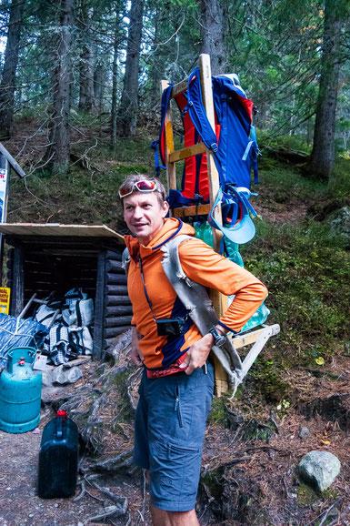 Unser Guide Samuel setzt für uns ein Sherpa-Tragegestell auf. Sieht nicht gerade bequem aus.