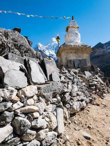 Auf den Steinen der Mani-Wall sind Schriftzeichen eingemeiselt. Meistens handelt es sich dabei um Gebete und Verse.