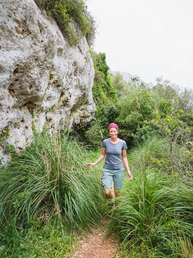 """Durch die Flora und Fauna ging es auf einem kleinen Trampelpfad durch die Schlucht """"Baranc de Binigaus""""."""