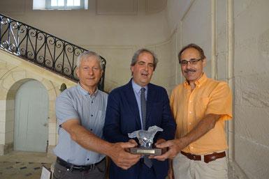 Eric Assier, maire de Condé-en-Brie, (à gauche), et Alain Aubertel, (à droite), entourent le lauréat Aymeri de Rochefort.