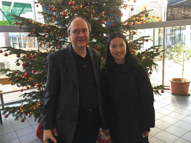 Bu Xiao und Dr. Rüder vor unserem schönen Tannenbaum in der Pausenhalle