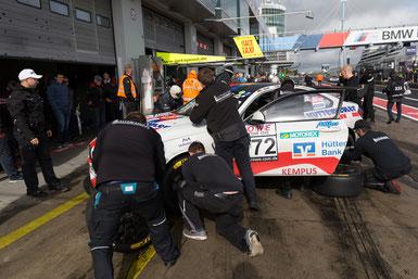 Schwerstarbeit für die Mechaniker Crew von Leutheuser Racing&Events. Reifenwechsel, Reifenwechsel…