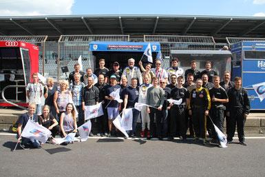 So sehen Sieger aus. Team Leutheuser mit Fanunterstützung. Foto/Bericht: Klaus Höhn