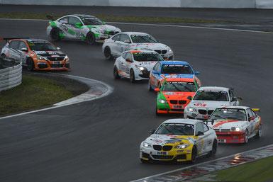 Packende Zweikämpfe bei widrigen Bedingungen. Hier setzt sich der Leutheuser BMW 240i (699) durch.